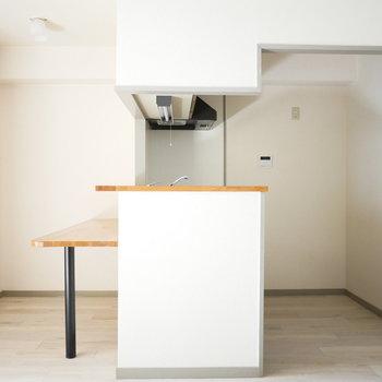 対面式キッチンとダイニングテーブルになりそうなカウンター