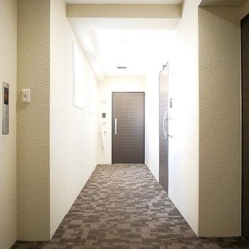共用廊下は絨毯が気持ちいい