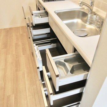 3口コンロに、キッチンの収納もなかなか充実しています。