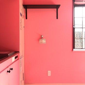 キッチン横が洗濯機置き場です。結構オープンですねぇ。