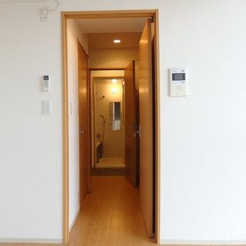 廊下は1人通れるくらい