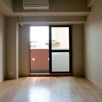 南向きの窓から風が吹きぬけます。※写真は2階の反転間取り別部屋のものです
