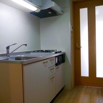 お部屋との仕切りに扉があり、中に揚げ物や炒め物の臭いがつかないです。※写真は2階の反転間取り別部屋のものです