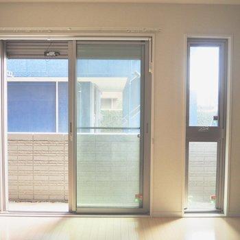 バルコニーへの窓にはシャッターが