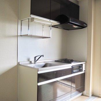 暗めの色のキッチンは存在感があります※クリーニング前のものです