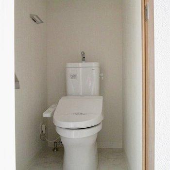 温水洗浄便座付のトイレ。※写真は通電前のものです