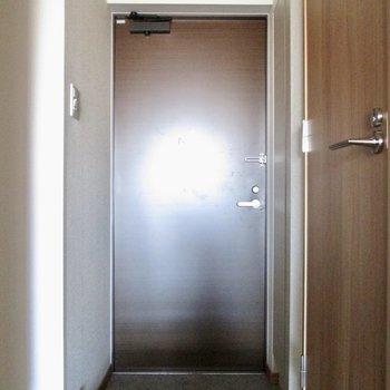 玄関はコンパクトに。※写真は通電前のものです