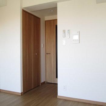 収納は、扉の前に。※写真は通電前のものです