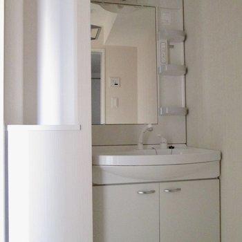 洗面台の横にもバスタオルなど置けそう。※写真は通電前のものです