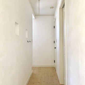 【上階】階段横の廊下にサニタリーがあります※写真は通電前のものです