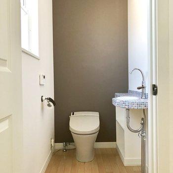 【上階トイレ】アクセントクロス◯※写真は通電前のものです