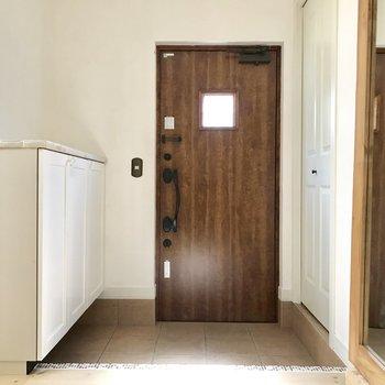 【下階】玄関はゆったりと。※写真は通電前のものです