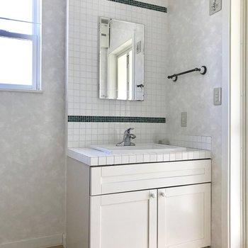 【上階】洗面台もタイルでカワイイ※写真は通電前のものです
