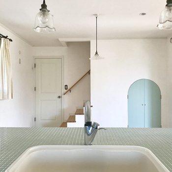 【LDK】キッチンから。ブルーのトビラは・・※写真は通電前のものです