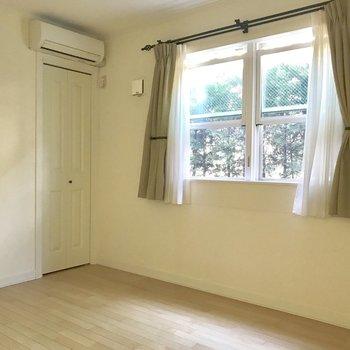 【洋室5.8】寝室にちょうどよさそう。※写真は通電前のものです