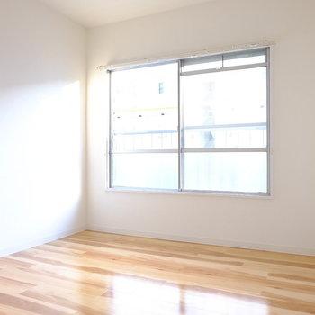 こちらは玄関側の洋室6帖。寝室にピッタリ