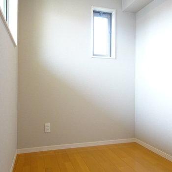 洋室は小さいですが明るいです◎
