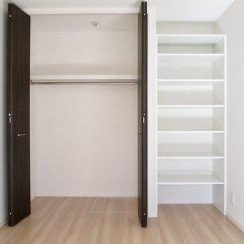 【洋室6.23帖】それぞれ収納があるので、洋服と小物と分けられますね!