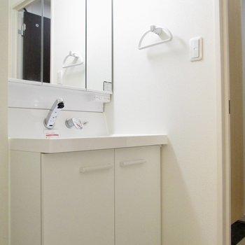 洗面台は鏡も大きく◯