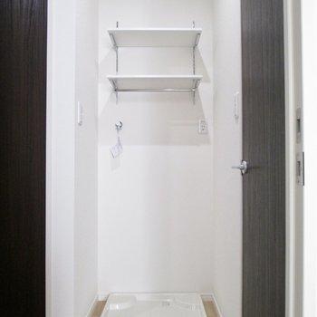 左に洗濯機置き場と棚も。