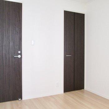 【洋室5.11帖】扉は濃いめの色合いで。
