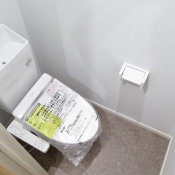 さらに隣は温水洗浄付のトイレです。