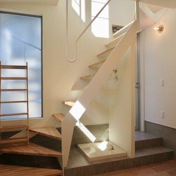 【1階】この階段のカーブがステキ