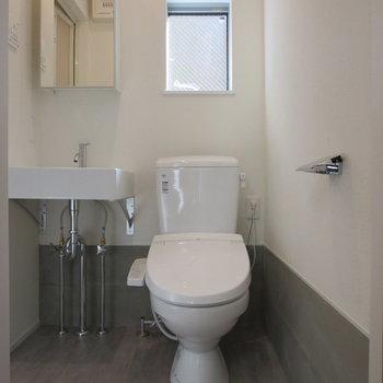 トイレには小窓が付いているので、換気もしやすいです◎