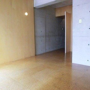家具もシンプルなものを。※写真は3階同間取り別部屋のものです