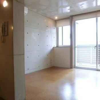 木の色とコンクリートが、調和した空間。※写真は3階同間取り別部屋のものです