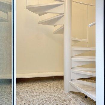 玄関扉を開けると早速階段の登場です。上ってみましょう。※写真は前回募集時のものです