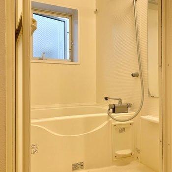 浴室は乾燥機と窓が付いているので換気性能良好。※写真は前回募集時のものです