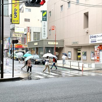 駅周辺は雨の日でも賑わいを見せていました。
