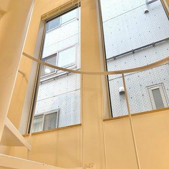 階段の途中に窓があり、自然な光を取り込めます。※写真は前回募集時のものです