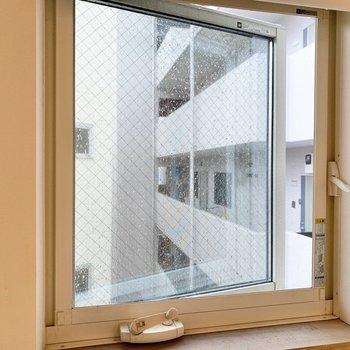 【3階】小窓からはお隣さんが見えました。スクリーンで隠せますよ。※写真は前回募集時のものです