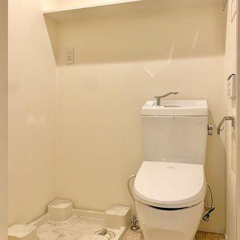 トイレと洗濯機置き場は棚を共有しています。※写真は前回募集時のものです
