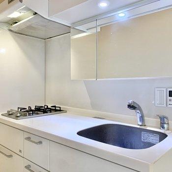 【3階】キッチンは縦型2口コンロ。中央で作業ができますね。※写真は前回募集時のものです
