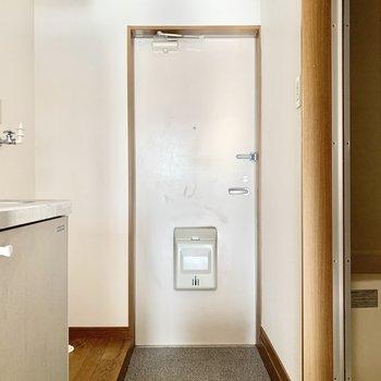 コンパクトな玄関。シューズボックスはありません。(※写真のお部屋は清掃前、修復工事中のものです)