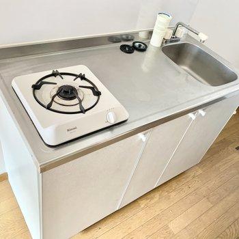 1口コンロだけど、調理スペースはゆったり。(※写真のお部屋は清掃前、修復工事中のものです)