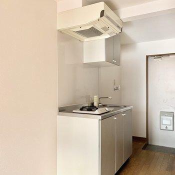 左横に冷蔵庫やゴミ箱置けます◎(※写真のお部屋は清掃前、修復工事中のものです)