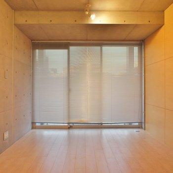 ブラインドを閉めてもいい感じ ※写真は4階の同間取り別部屋のものです。