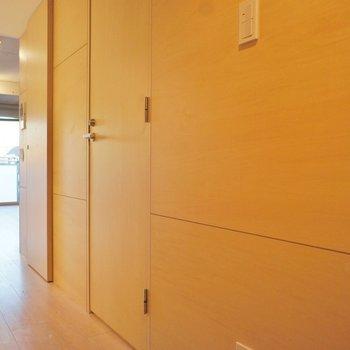 玄関から居室までのアプローチがいい感じ ※写真は4階の同間取り別部屋のものです。
