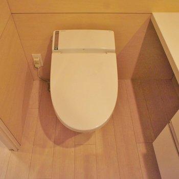 トイレはタンクレス。 ※写真は4階の同間取り別部屋のものです。
