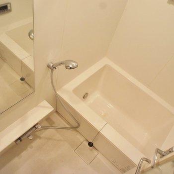 窓付きのお風呂はいいですね! ※写真は4階の同間取り別部屋のものです。