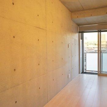 こっち側にコンクリート。 ※写真は4階の同間取り別部屋のものです。