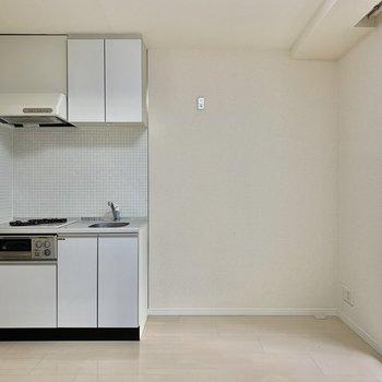 キッチンは居間に。冷蔵庫はキッチン右手に置きましょう
