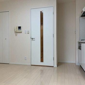 扉も白で統一感が