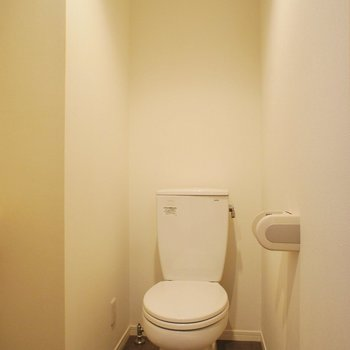 トイレは同室に。