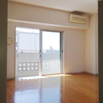 大きな窓から太陽燦々。