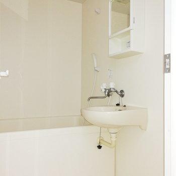 洗面台はお風呂とセットのタイプ!※写真は通電・クリーニング前のものです